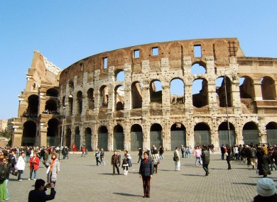 Ryanair bids for Colosseum image rights