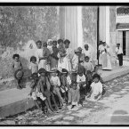 Locals gather and pose for the camera in Havana in this photo taken between 1900 and 1906. (Library of Congress, Prints & Photographs Division)