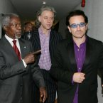 United Nations Secretary General Kofi Annan shows Bono and Live8 organizer Bob Geldof around before a G8 Summit meeting in Gleneagles, Scotland, 8 July, 2005. (AP Photo/Alastair Grant)