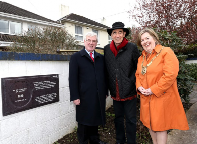 Albie Sachs with Tánaiste Eamon Gilmore and Dun Laoghaire-Rathdown Cathaoirleach Councillor Carrie Smyth outside the house in Foxrock, Dublin, where South Africa's Bill of Rights was written more than 20 years ago.