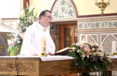Enjoy the singing priest's epic Hallelujah? Here are his other at-the-altar moments…