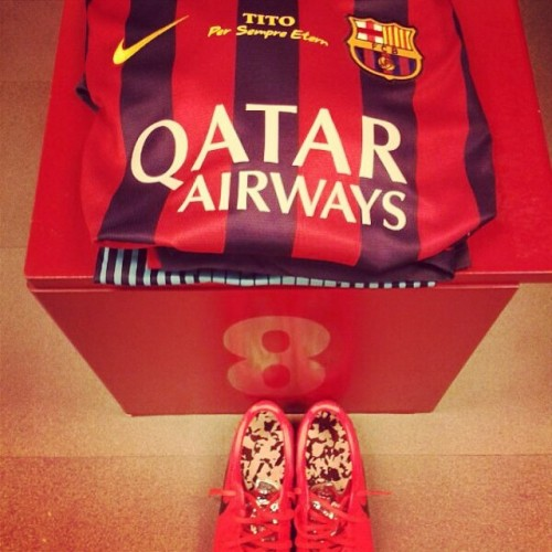 @andresiniesta8 shirt ready with Tito, Per Sempre Etern (Tito, Forever Eternal) #titoetern #fcblive #iniesta