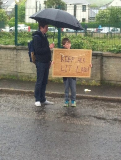 'Keep her lit lads' — one Irish fan's message for Giro riders in Co Antrim today