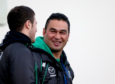 Robbie Henshaw chats with Connacht head coach Pat Lam.