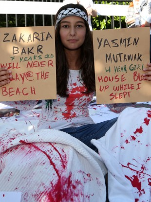 Jeneen Ijawi (12) from Dublin holds up two names of children killied in Gaza at Wednesday's protest.