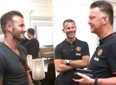 David Beckham chats to Ryan Giggs and Louis van Gaal.