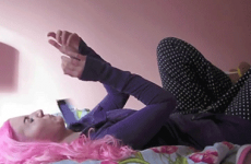 9 struggles of bringing your phone to bed