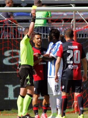 Referee Daniele Minelli shows the yellow card to Pescara's Sulley Muntari.