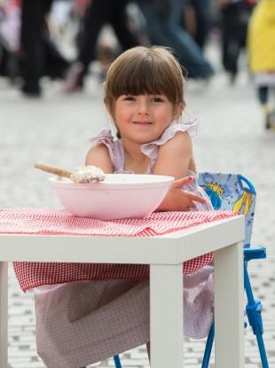 Daisy Dubois (4) enjoying a taste of porridge ahead of the official world record attempt to make the largest bowl of porridge