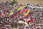 Spectators at the benefit concert Venezuela Aid Live on the Colombian side of the border bridge Tienditas
