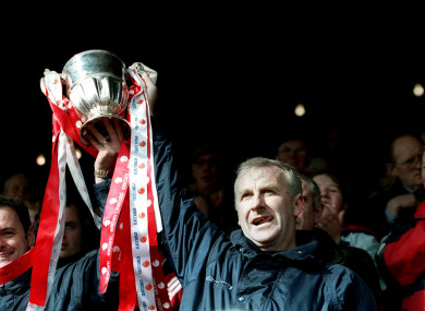 Keely lifting the league trophy as manager of Shelbourne in 2000.