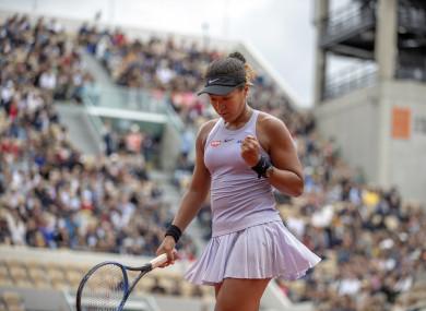 Naomi Osaka fought hard to overcome Victoria Azarenka at the French Open.