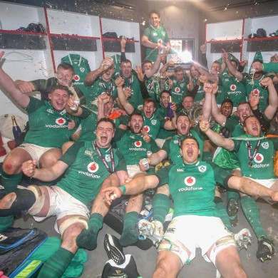 Ireland team celebrates 2018 grand slam in Twickenham.