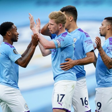 Manchester City's Kevin De Bruyne (centre) celebrates scoring his side's first goal.