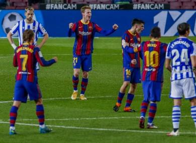Frankie De Jong celebrates his goal.